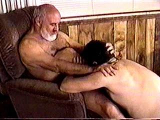 il le baise en entrant dans la maison gay